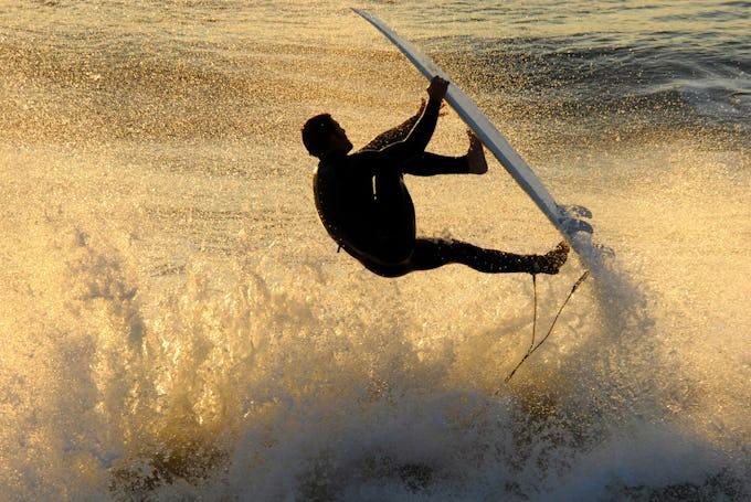 サーフィン ラックとは?壁掛け用などおすすめのサーフボードラックをご紹介!
