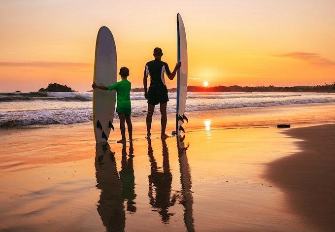 サーフィン 子供と楽しむには?必要な道具や安全に楽しむ方法をご紹介!