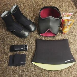 サーフィン ウエットスーツやブーツなど!ボード以外に必要な道具
