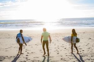 サーフィン 乗り方やその練習方法とは?やり方と上達のコツを解説