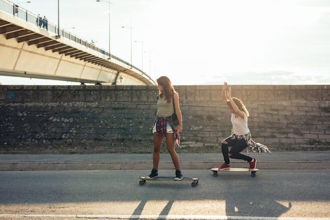 スケートボード女子が急増中!? オシャレなファッションやぴったりのボードをご紹介