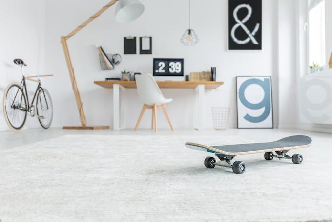 壊れたスケートボードがテーブルに?! スケーターの部屋にあったらカッコいいDIYインテリア