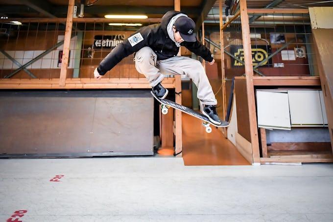 スケートボードHOW TOフラット編 「永遠の定番人気トリック、オーリー」