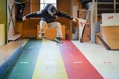 スケートボードHOW TOフラット編 「お腹側に半回転。フロントサイド180」